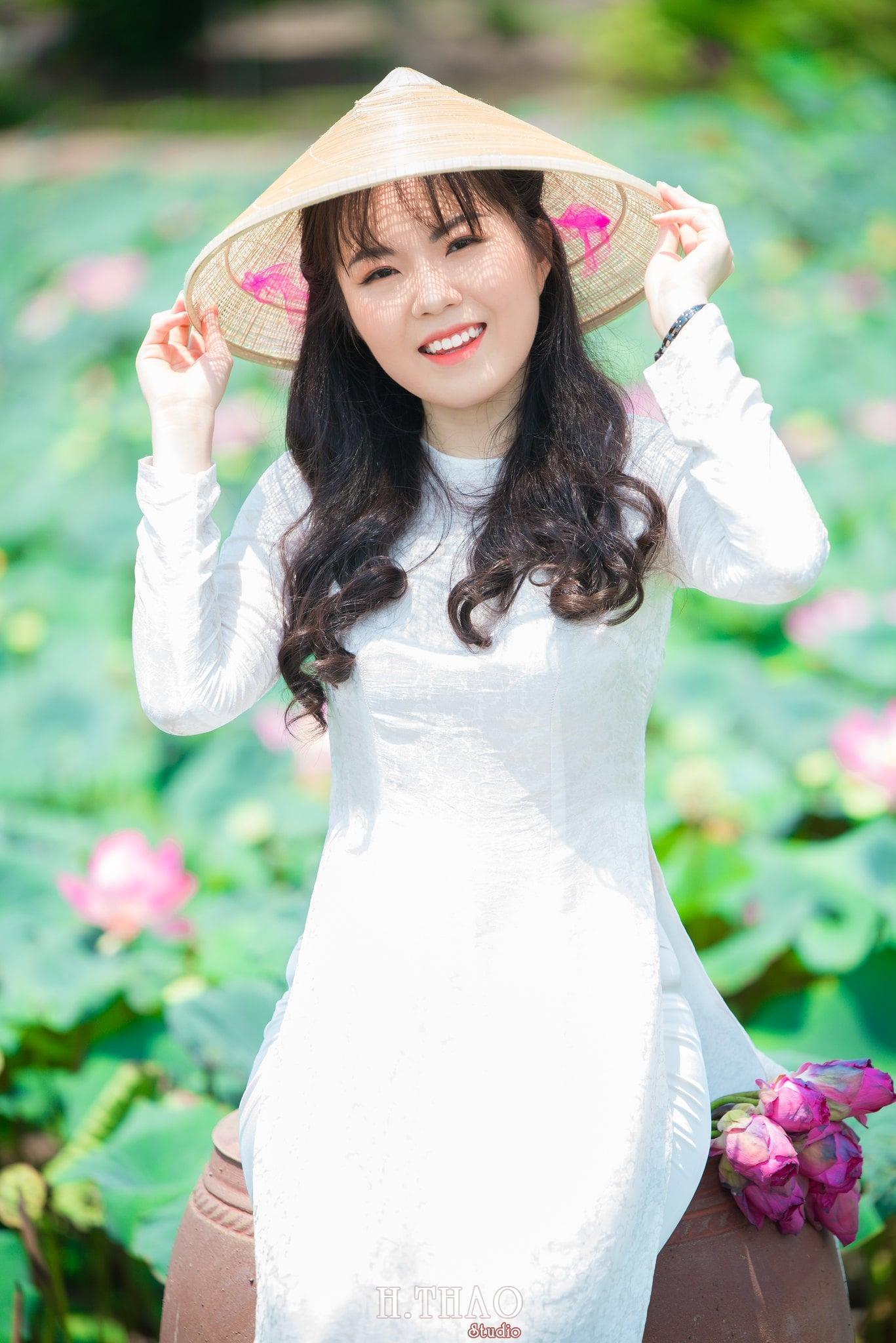 nh áo dài hoa sen 10 - Góc ảnh thiếu nữ áo dài bên hoa sen đẹp tinh khôi- HThao Studio