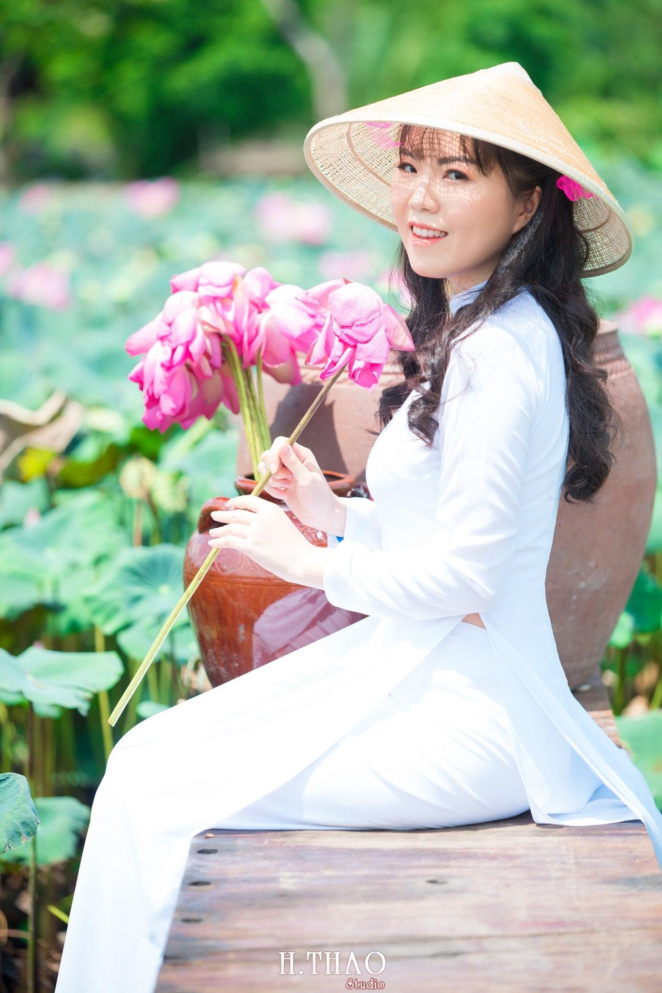 nh áo dài hoa sen 12 - Góc ảnh thiếu nữ áo dài bên hoa sen đẹp tinh khôi- HThao Studio