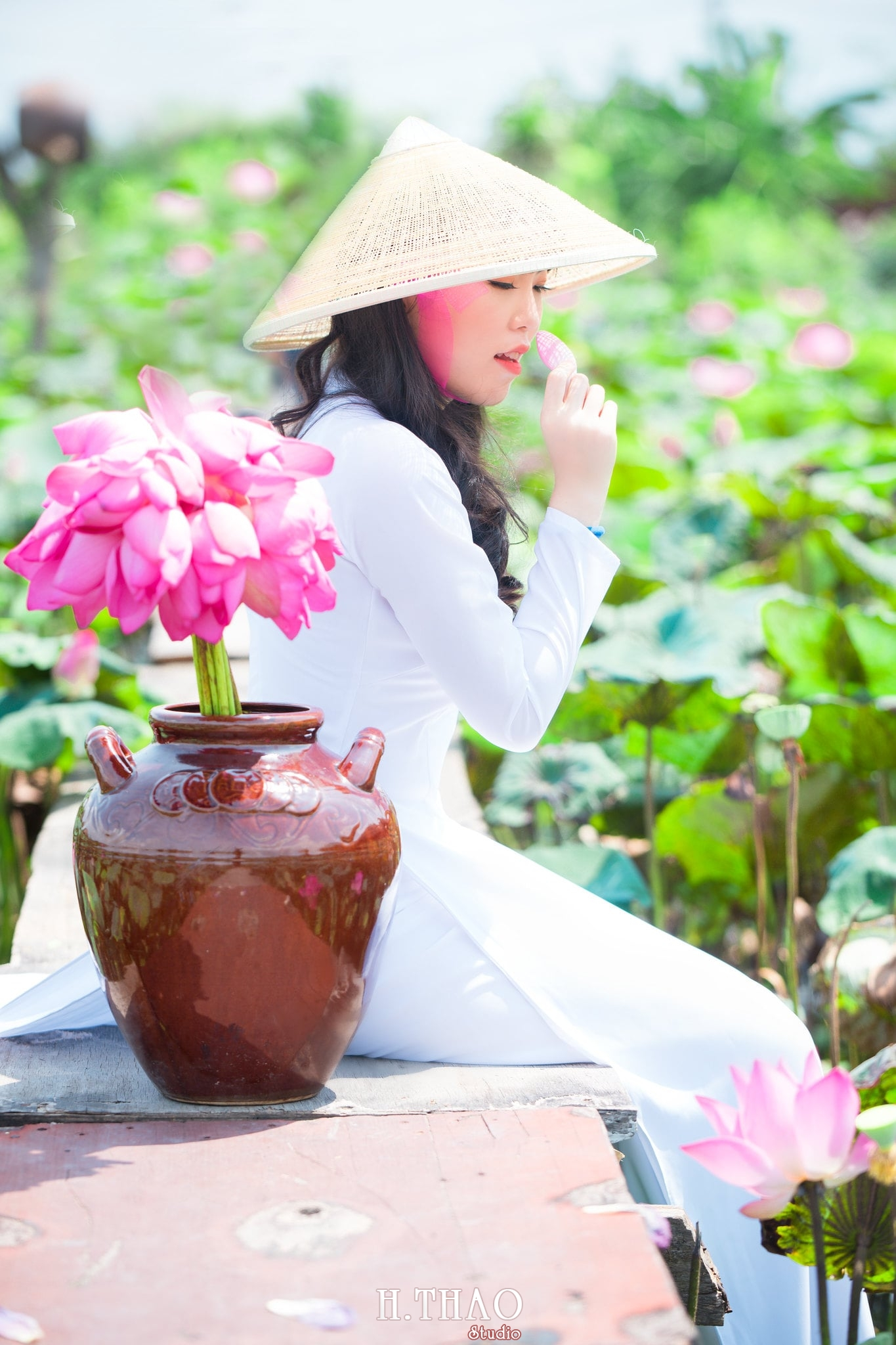 nh áo dài hoa sen 13 - Góc ảnh thiếu nữ áo dài bên hoa sen đẹp tinh khôi- HThao Studio