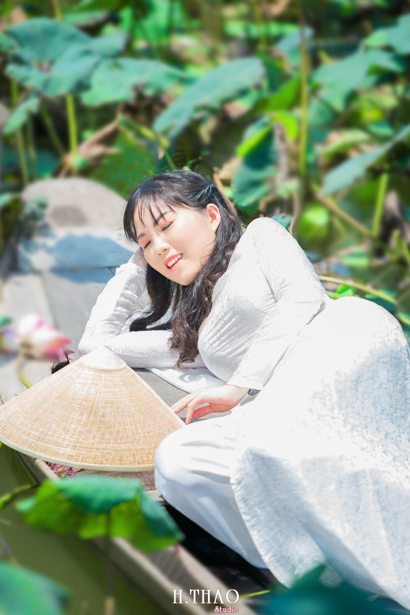 nh áo dài hoa sen 15 - Góc ảnh thiếu nữ áo dài bên hoa sen đẹp tinh khôi- HThao Studio