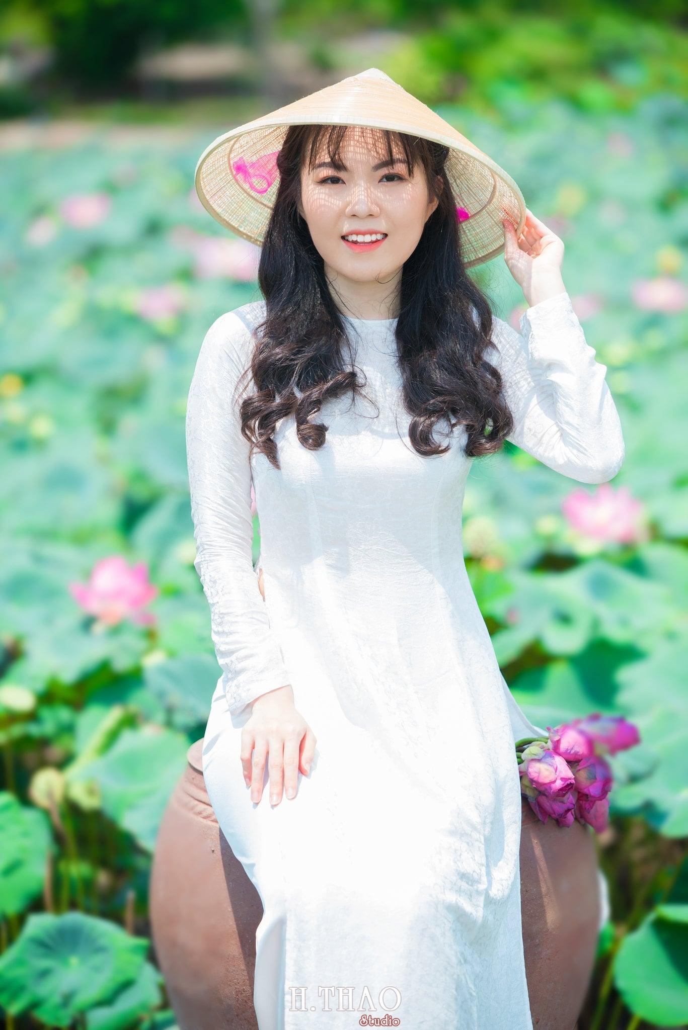 nh áo dài hoa sen 17 - Góc ảnh thiếu nữ áo dài bên hoa sen đẹp tinh khôi- HThao Studio