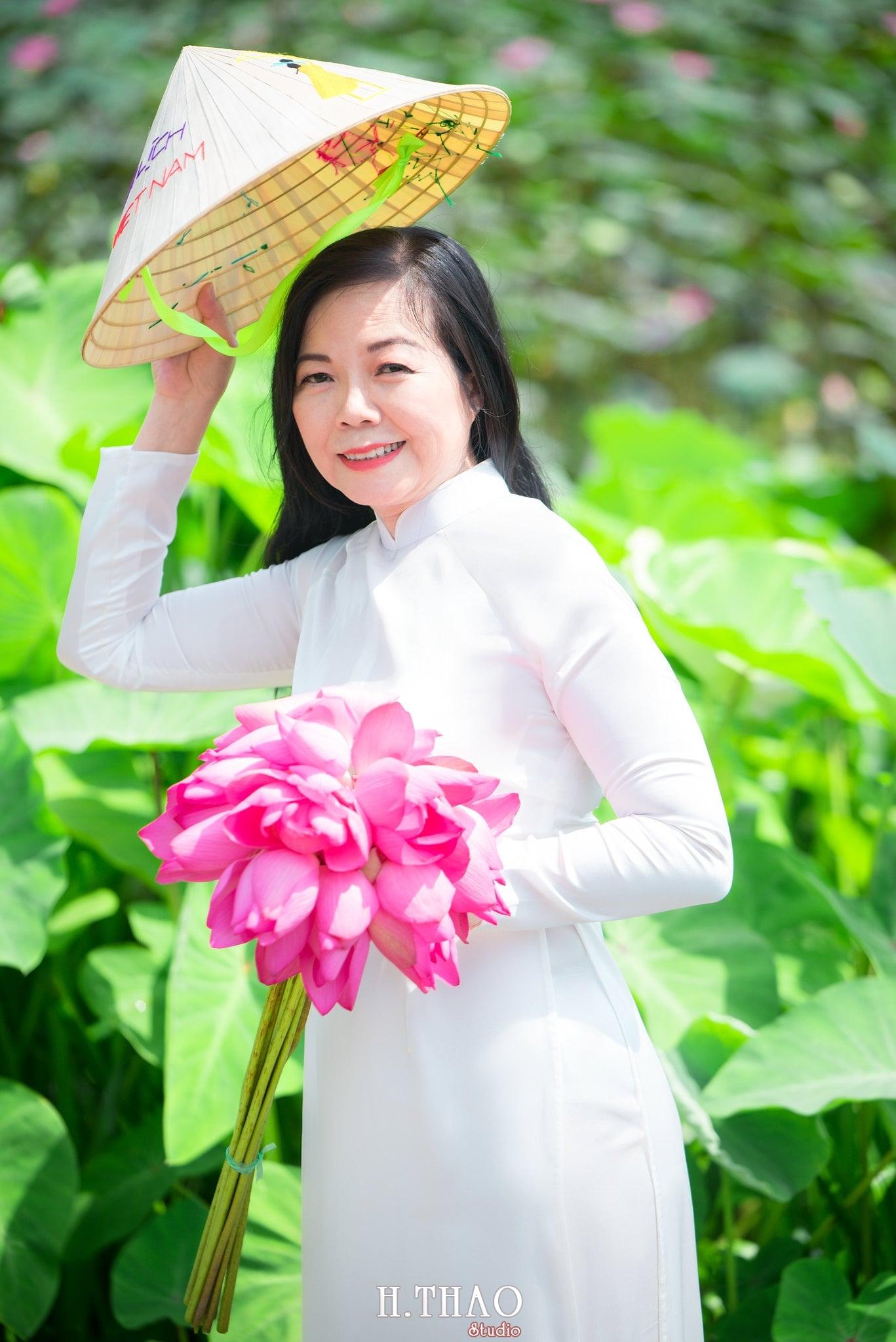 nh áo dài hoa sen 18 - Góc ảnh áo dài tuổi 50 cô Phương chụp với hoa sen- HThao Studio