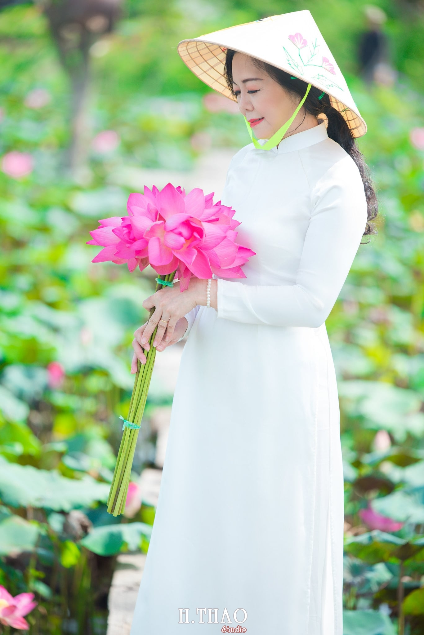 nh áo dài hoa sen 19 - Góc ảnh áo dài tuổi 50 cô Phương chụp với hoa sen- HThao Studio