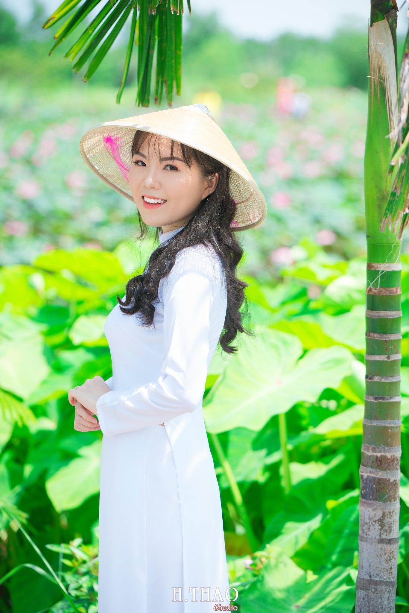 nh áo dài hoa sen 2 - Góc ảnh thiếu nữ áo dài bên hoa sen đẹp tinh khôi- HThao Studio