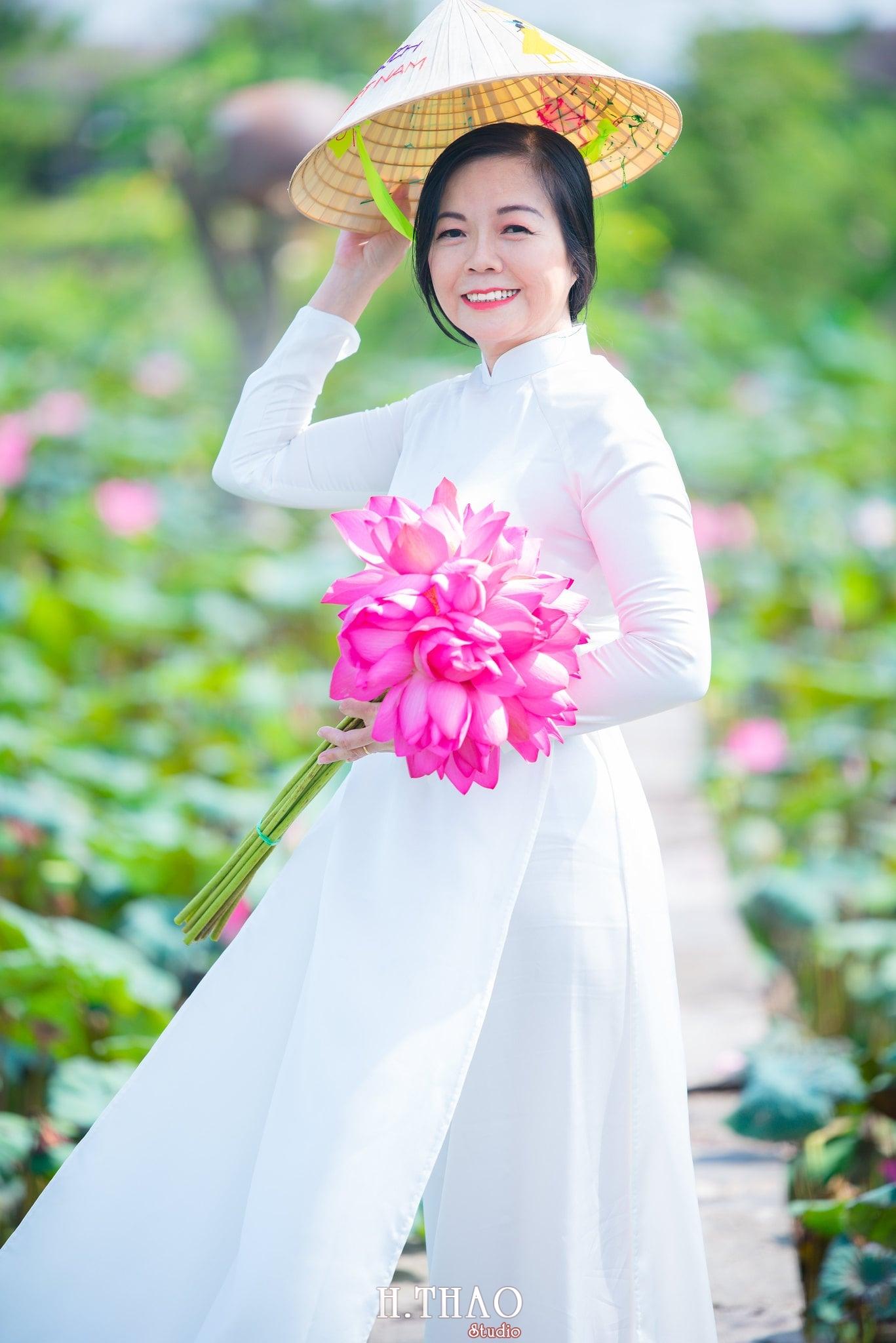 Ảnh hoa sen áo dài trắng