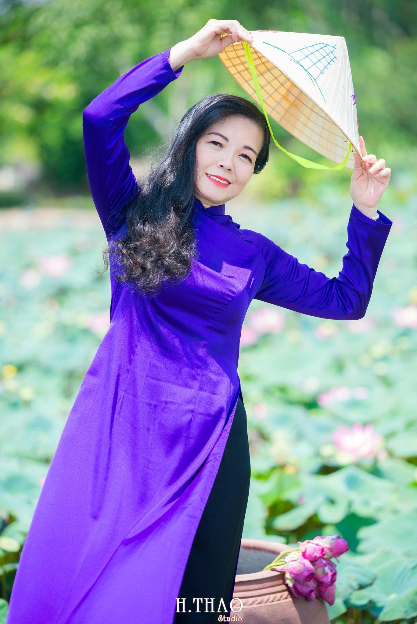nh áo dài hoa sen 22 - Góc ảnh áo dài tuổi 50 cô Phương chụp với hoa sen- HThao Studio
