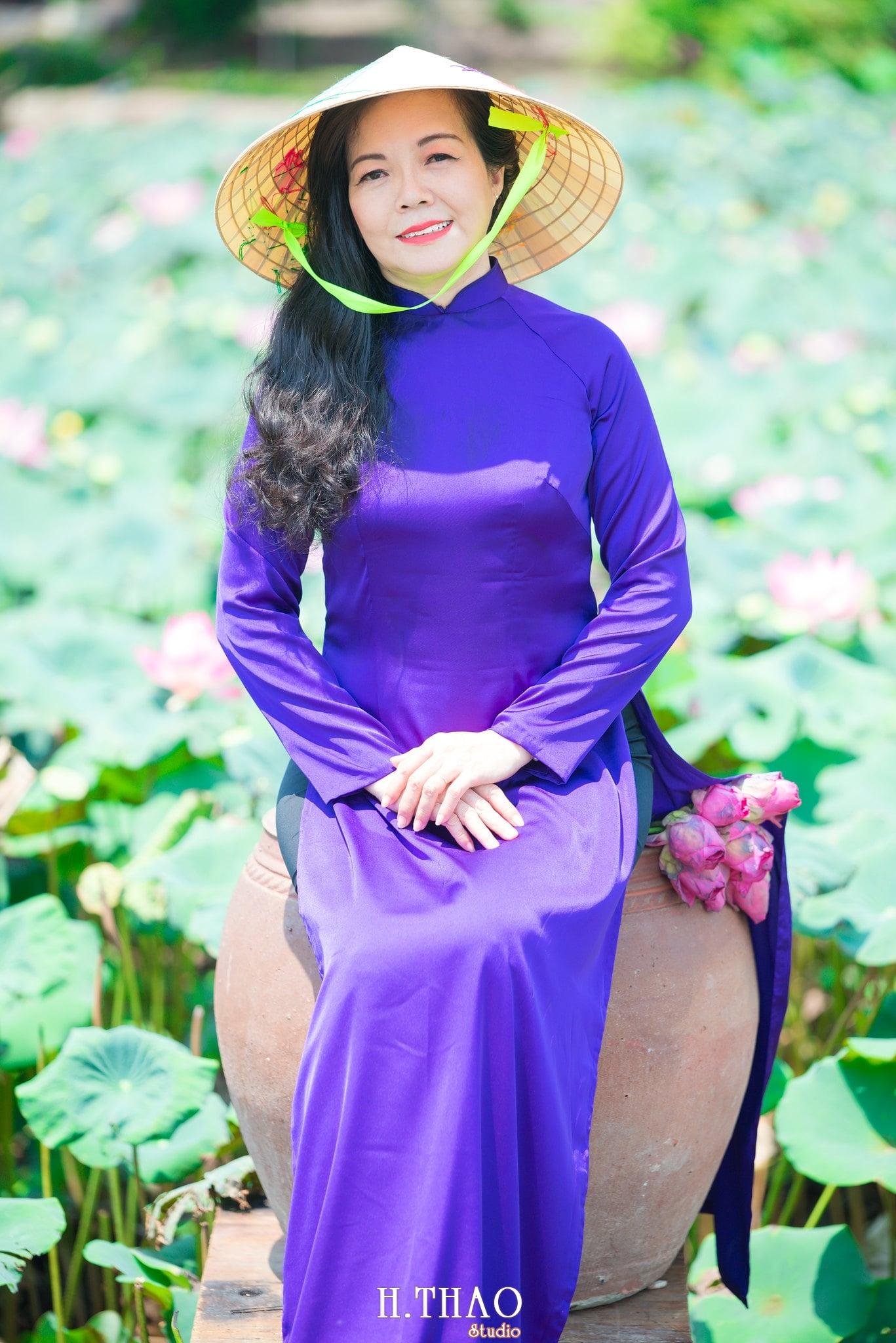 nh áo dài hoa sen 23 - Góc ảnh áo dài tuổi 50 cô Phương chụp với hoa sen- HThao Studio