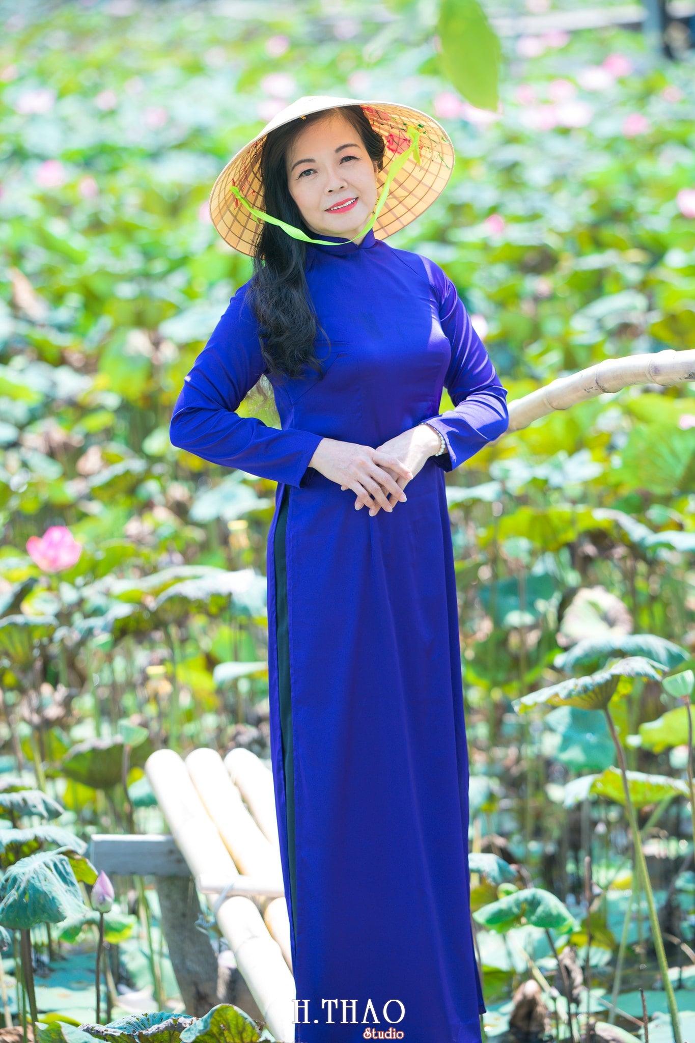 nh áo dài hoa sen 24 - Góc ảnh áo dài tuổi 50 cô Phương chụp với hoa sen- HThao Studio