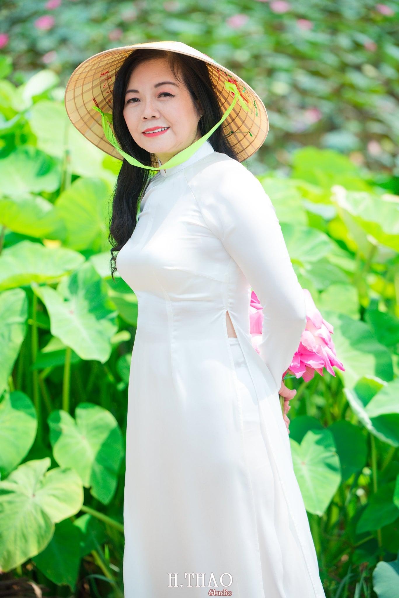 nh áo dài hoa sen 25 - Góc ảnh áo dài tuổi 50 cô Phương chụp với hoa sen- HThao Studio