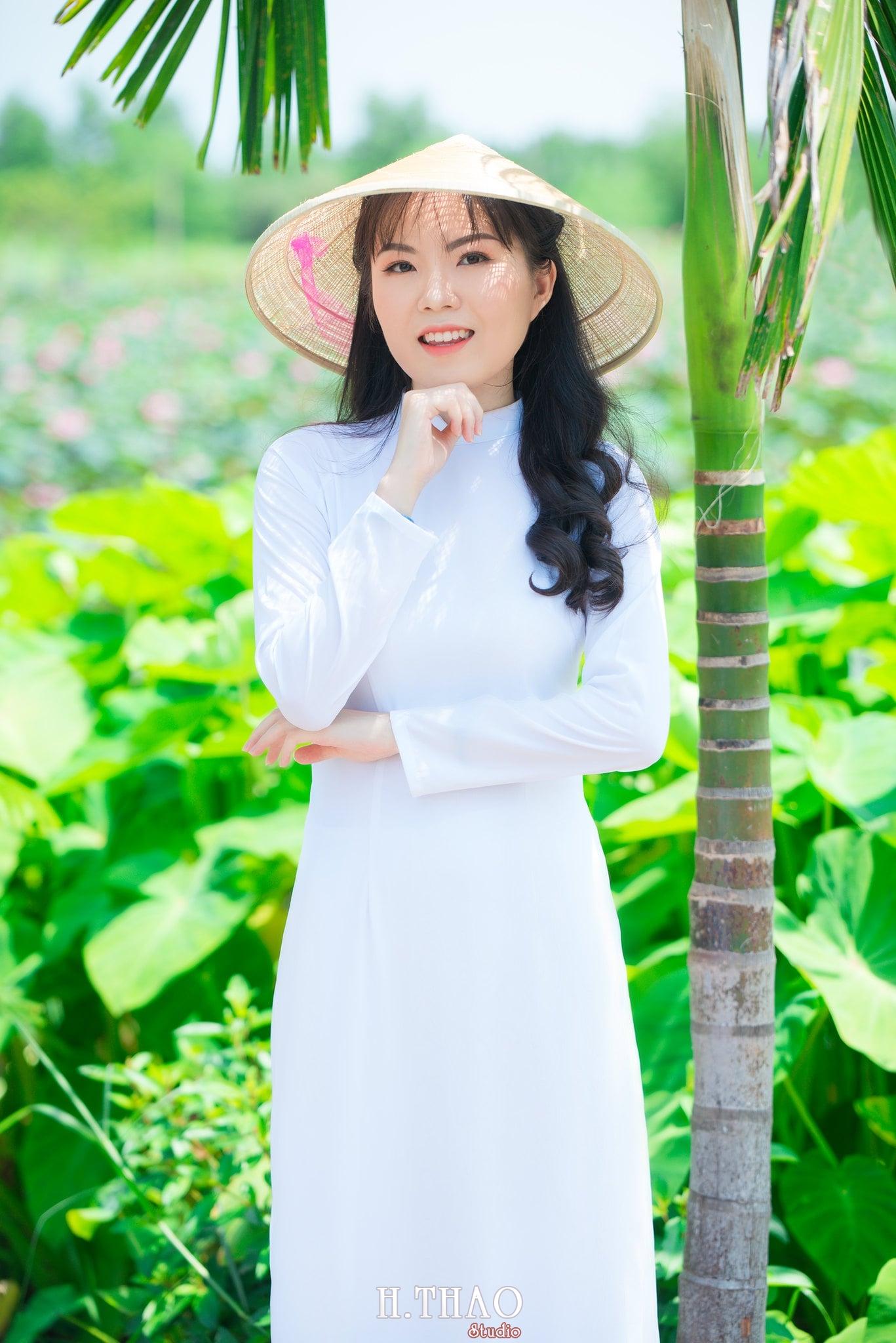 nh áo dài hoa sen 26 - Góc ảnh thiếu nữ áo dài bên hoa sen đẹp tinh khôi- HThao Studio