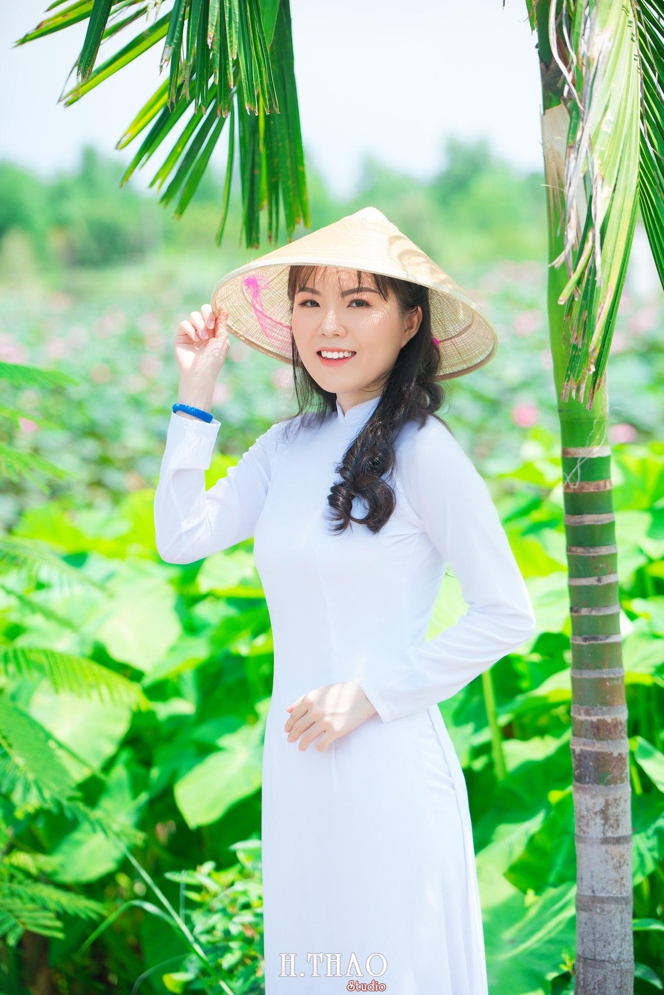 nh áo dài hoa sen 27 - Góc ảnh thiếu nữ áo dài bên hoa sen đẹp tinh khôi- HThao Studio