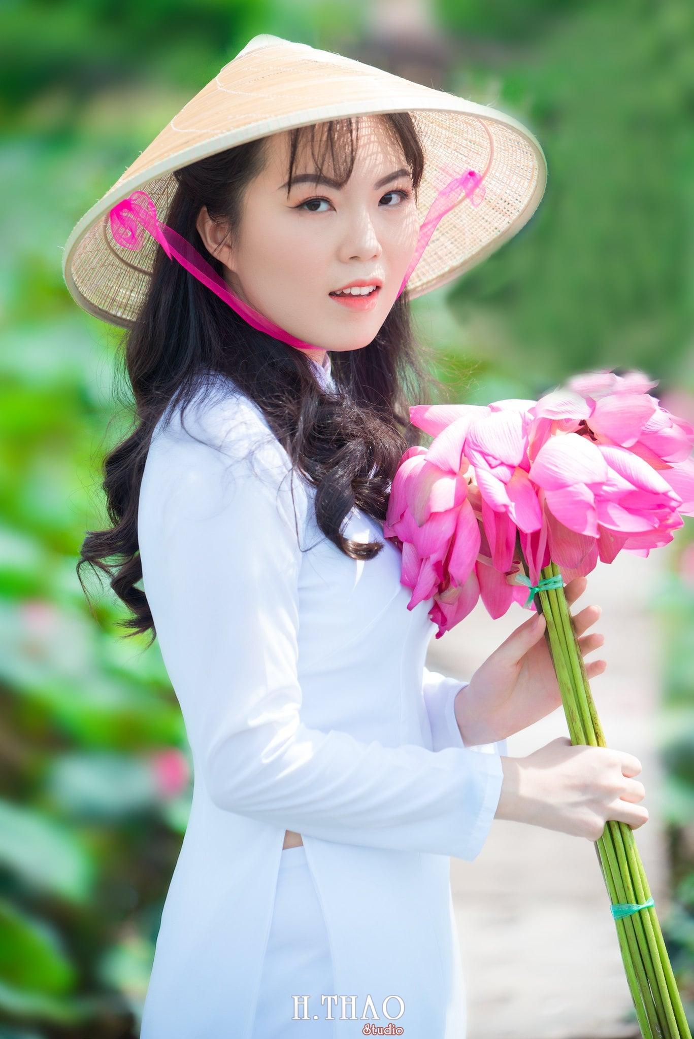 nh áo dài hoa sen 28 - Góc ảnh thiếu nữ áo dài bên hoa sen đẹp tinh khôi- HThao Studio