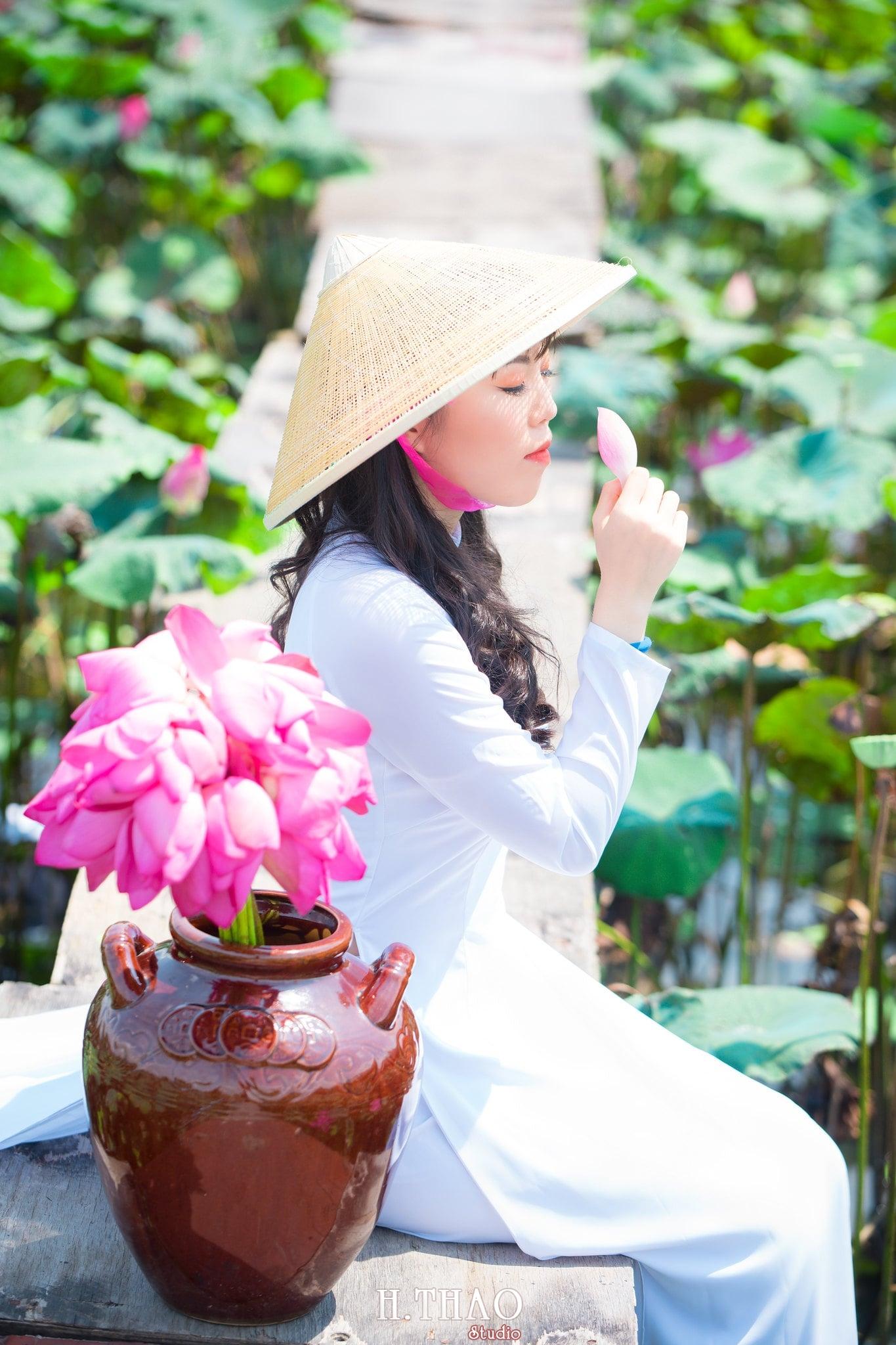 nh áo dài hoa sen 29 - Góc ảnh thiếu nữ áo dài bên hoa sen đẹp tinh khôi- HThao Studio