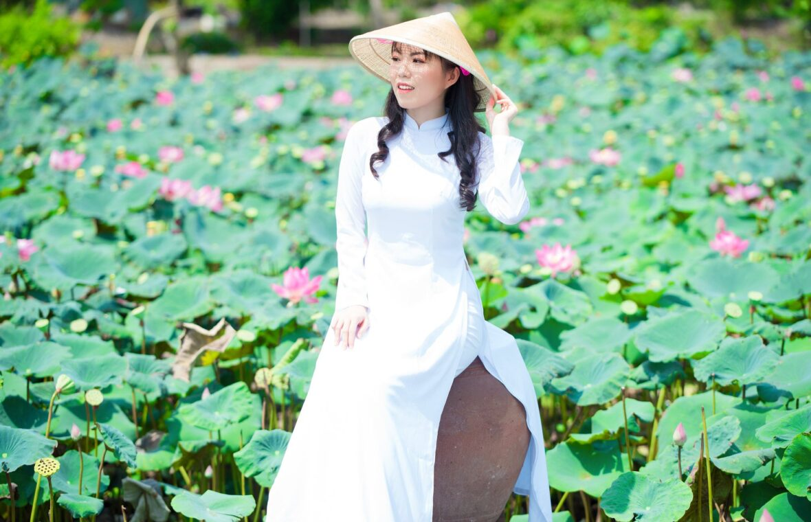 áo dài bên hoa sen