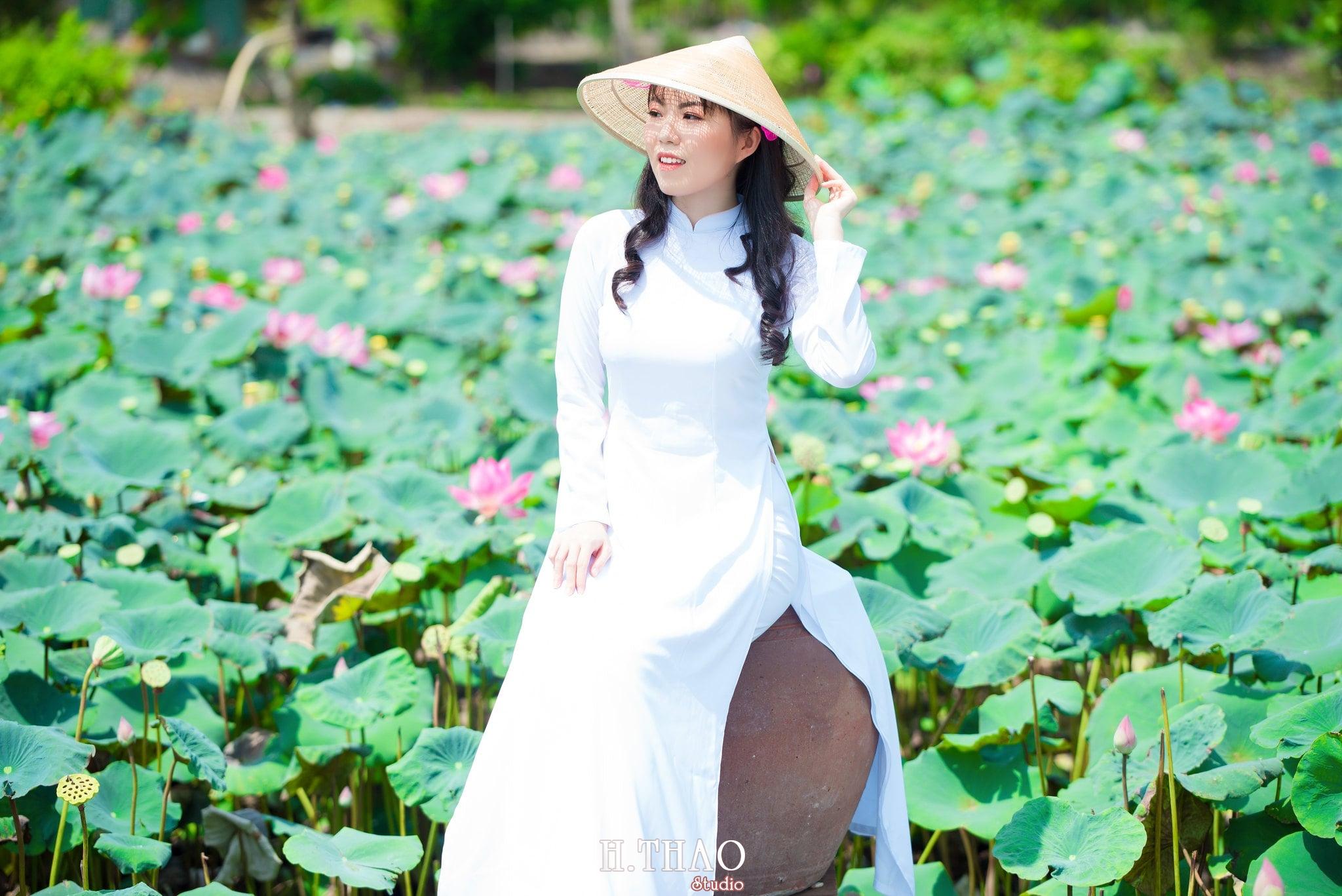 nh áo dài hoa sen 3 - Góc ảnh thiếu nữ áo dài bên hoa sen đẹp tinh khôi- HThao Studio