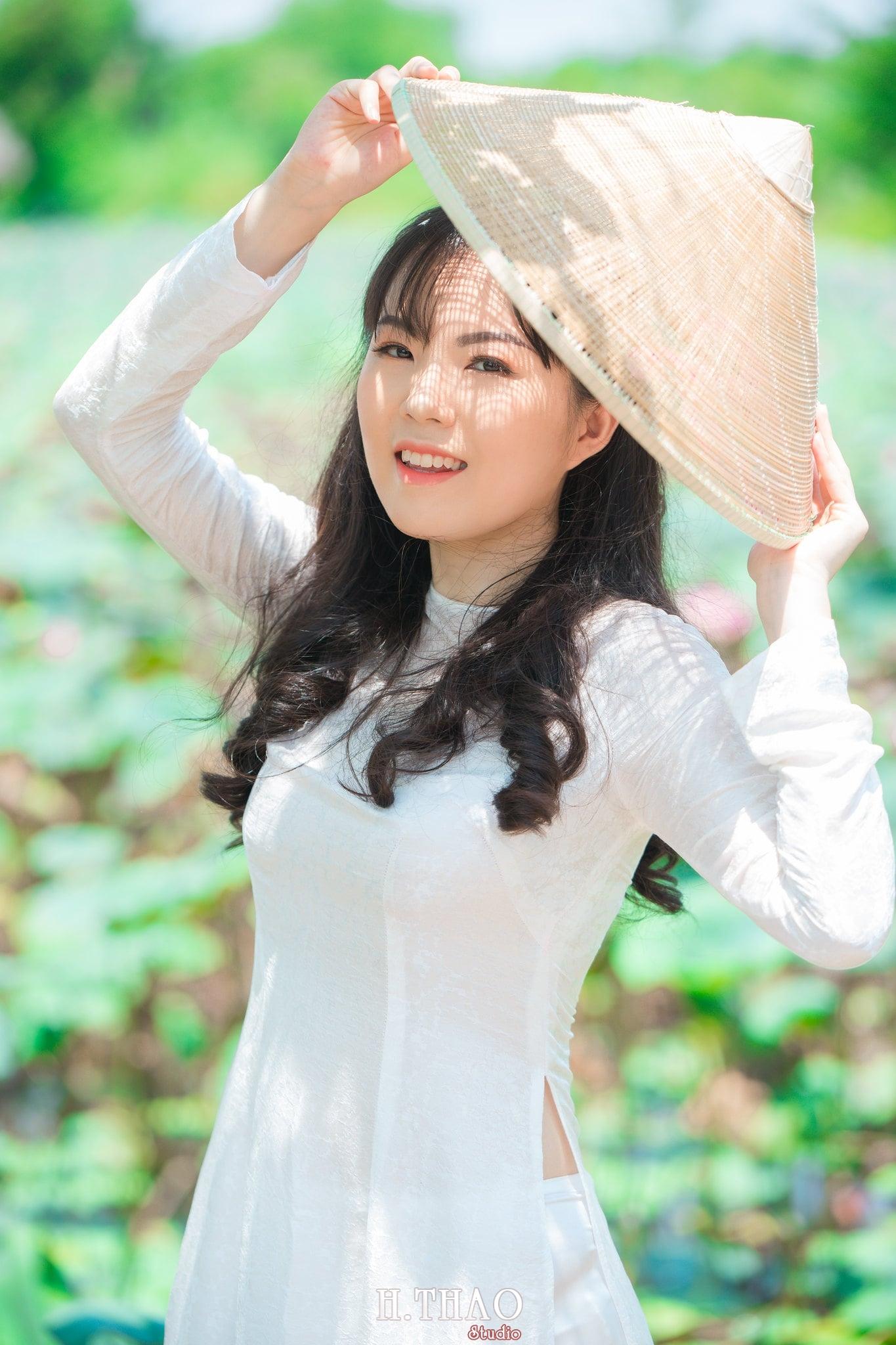 nh áo dài hoa sen 30 - Góc ảnh thiếu nữ áo dài bên hoa sen đẹp tinh khôi- HThao Studio