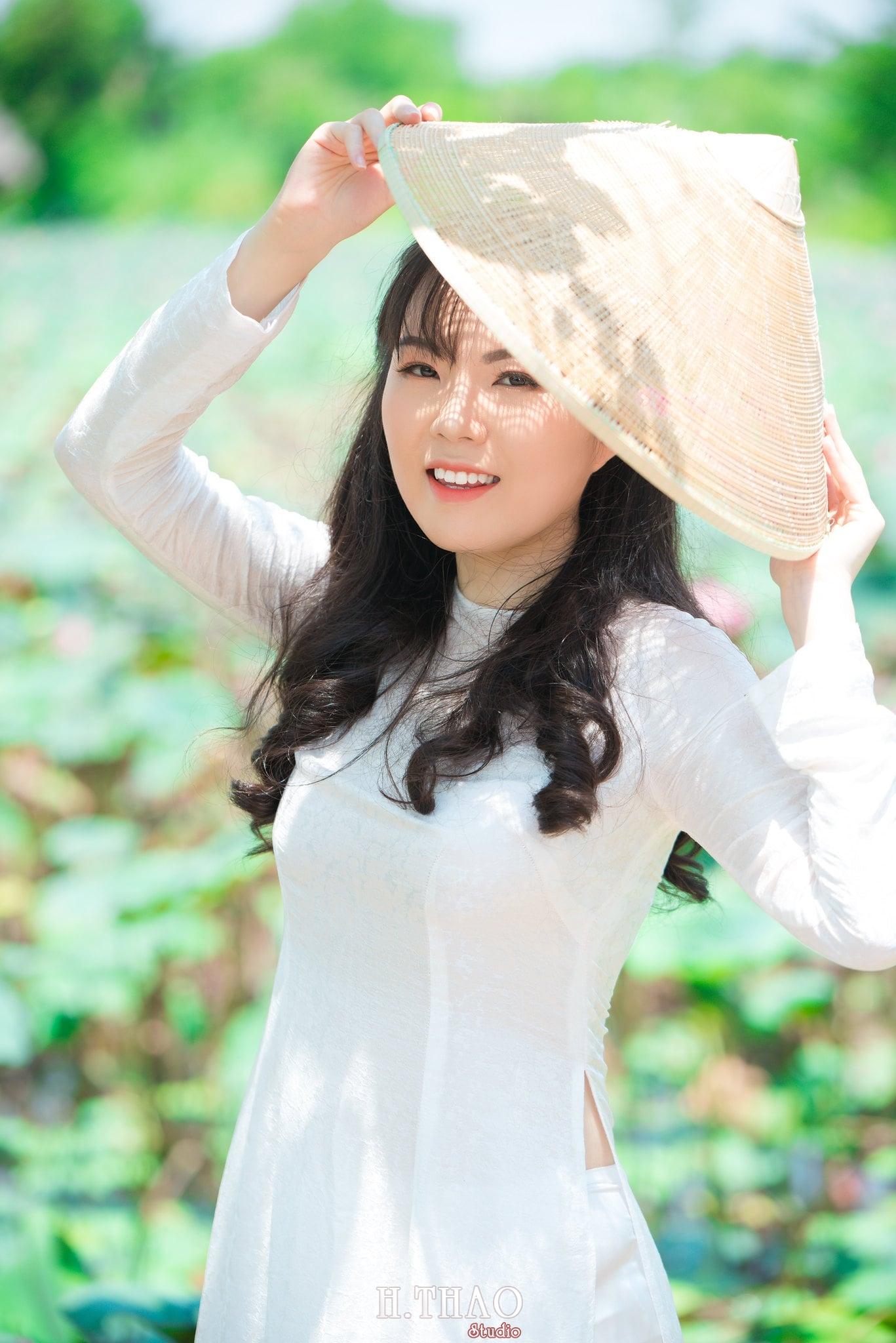 nh áo dài hoa sen 31 - Góc ảnh thiếu nữ áo dài bên hoa sen đẹp tinh khôi- HThao Studio
