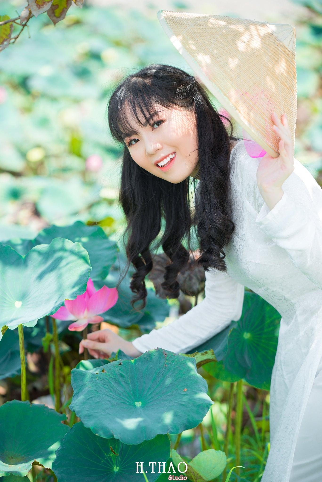 nh áo dài hoa sen 32 - Góc ảnh thiếu nữ áo dài bên hoa sen đẹp tinh khôi- HThao Studio