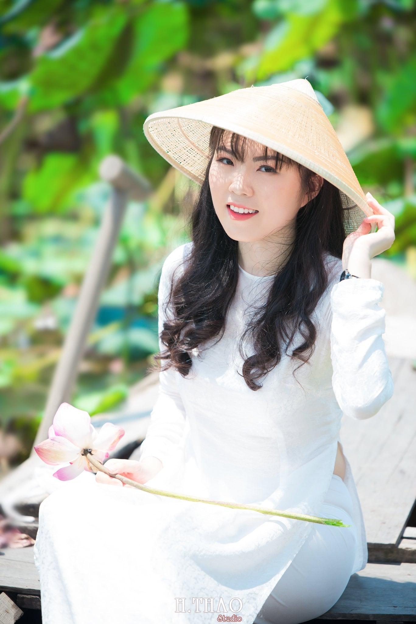 nh áo dài hoa sen 33 - Góc ảnh thiếu nữ áo dài bên hoa sen đẹp tinh khôi- HThao Studio
