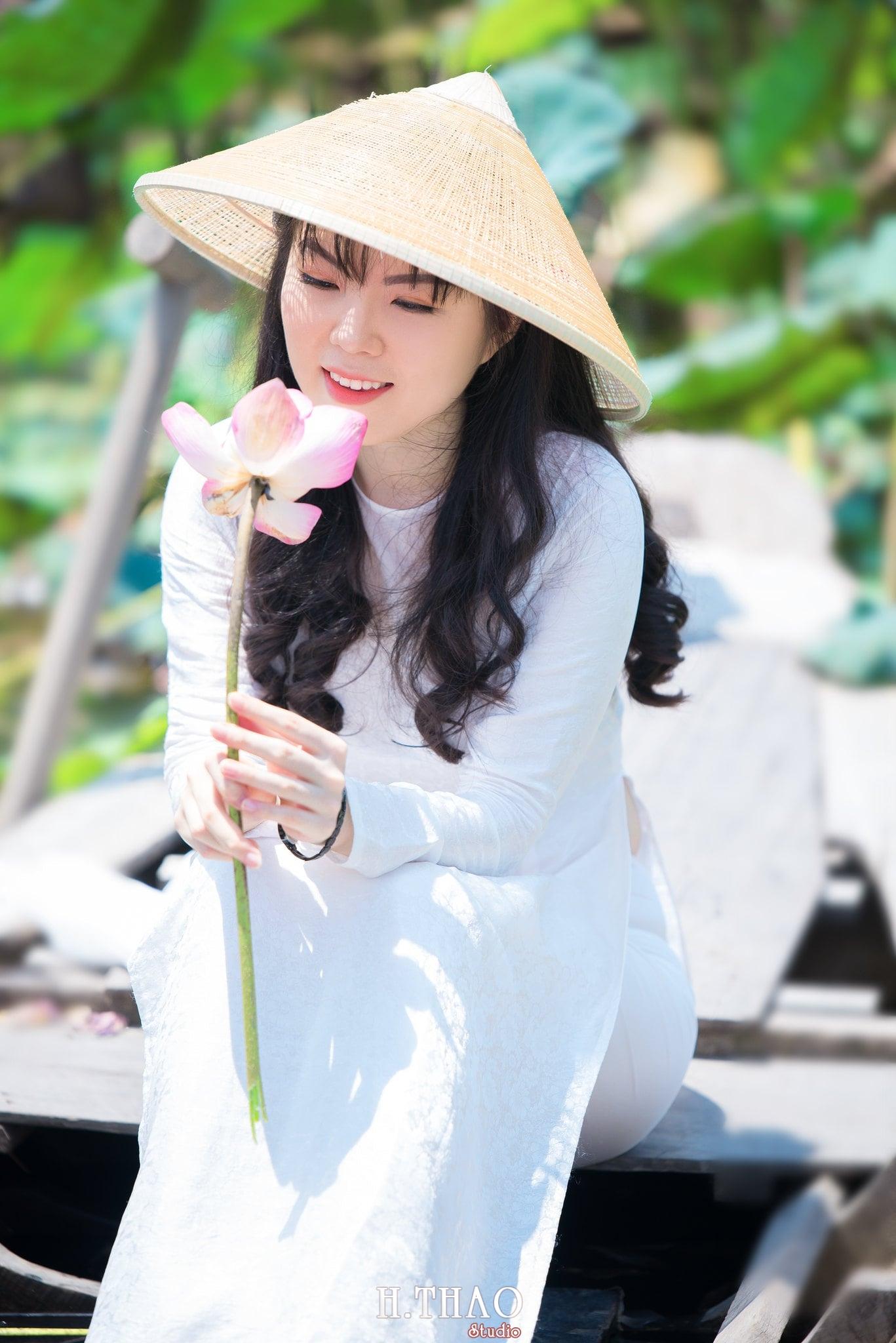 nh áo dài hoa sen 34 - Góc ảnh thiếu nữ áo dài bên hoa sen đẹp tinh khôi- HThao Studio