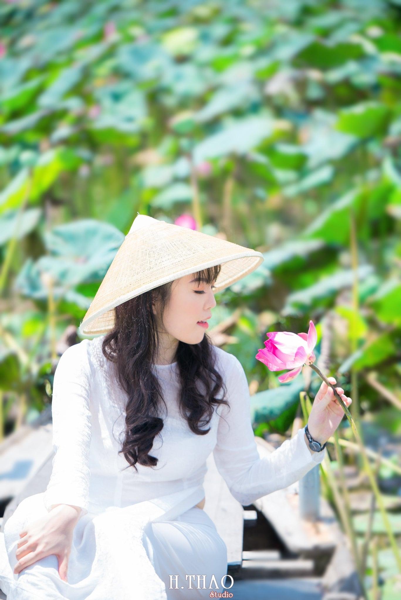 nh áo dài hoa sen 35 - Góc ảnh thiếu nữ áo dài bên hoa sen đẹp tinh khôi- HThao Studio