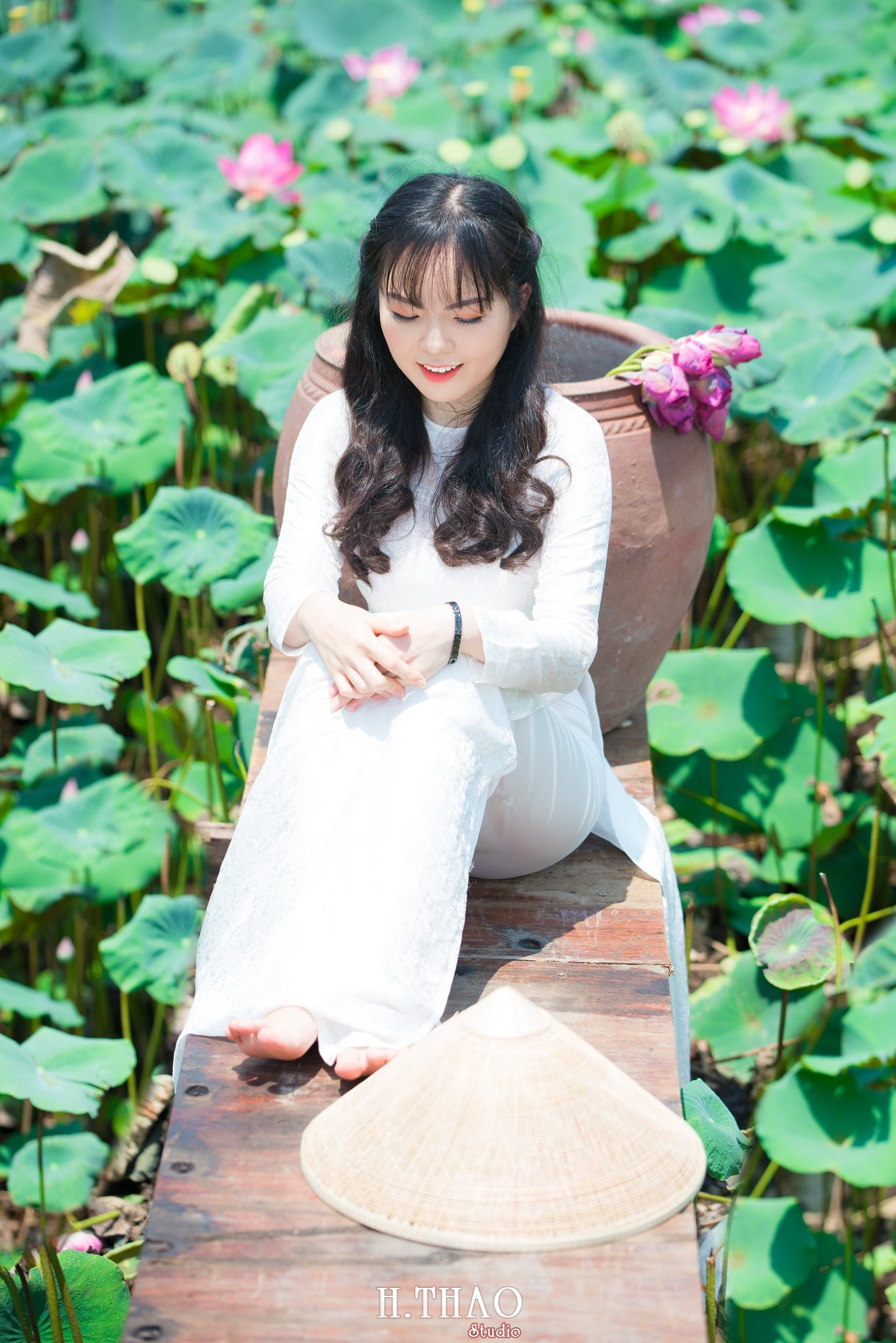 nh áo dài hoa sen 36 - Góc ảnh thiếu nữ áo dài bên hoa sen đẹp tinh khôi- HThao Studio