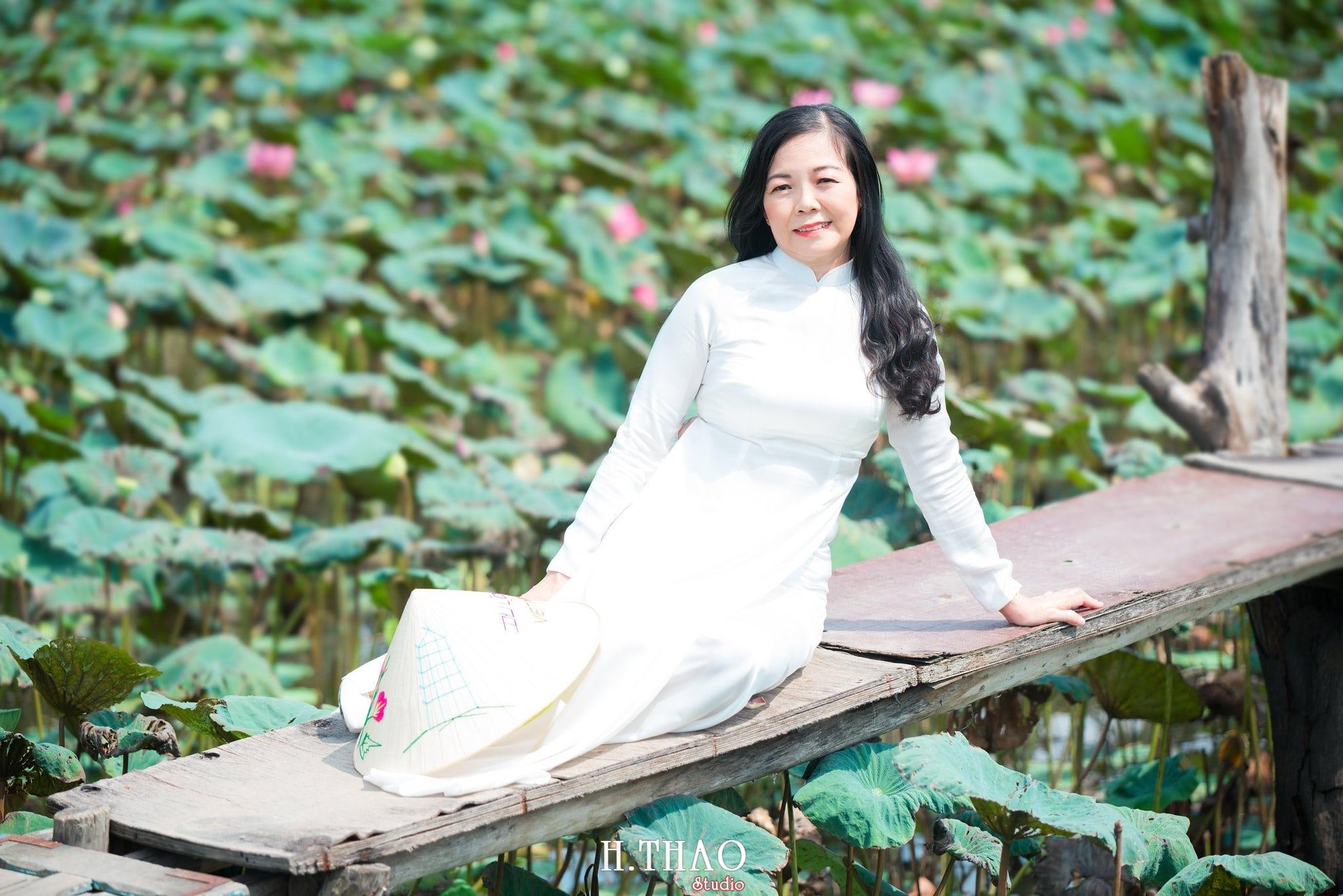 nh áo dài hoa sen 37 - Góc ảnh áo dài tuổi 50 cô Phương chụp với hoa sen- HThao Studio