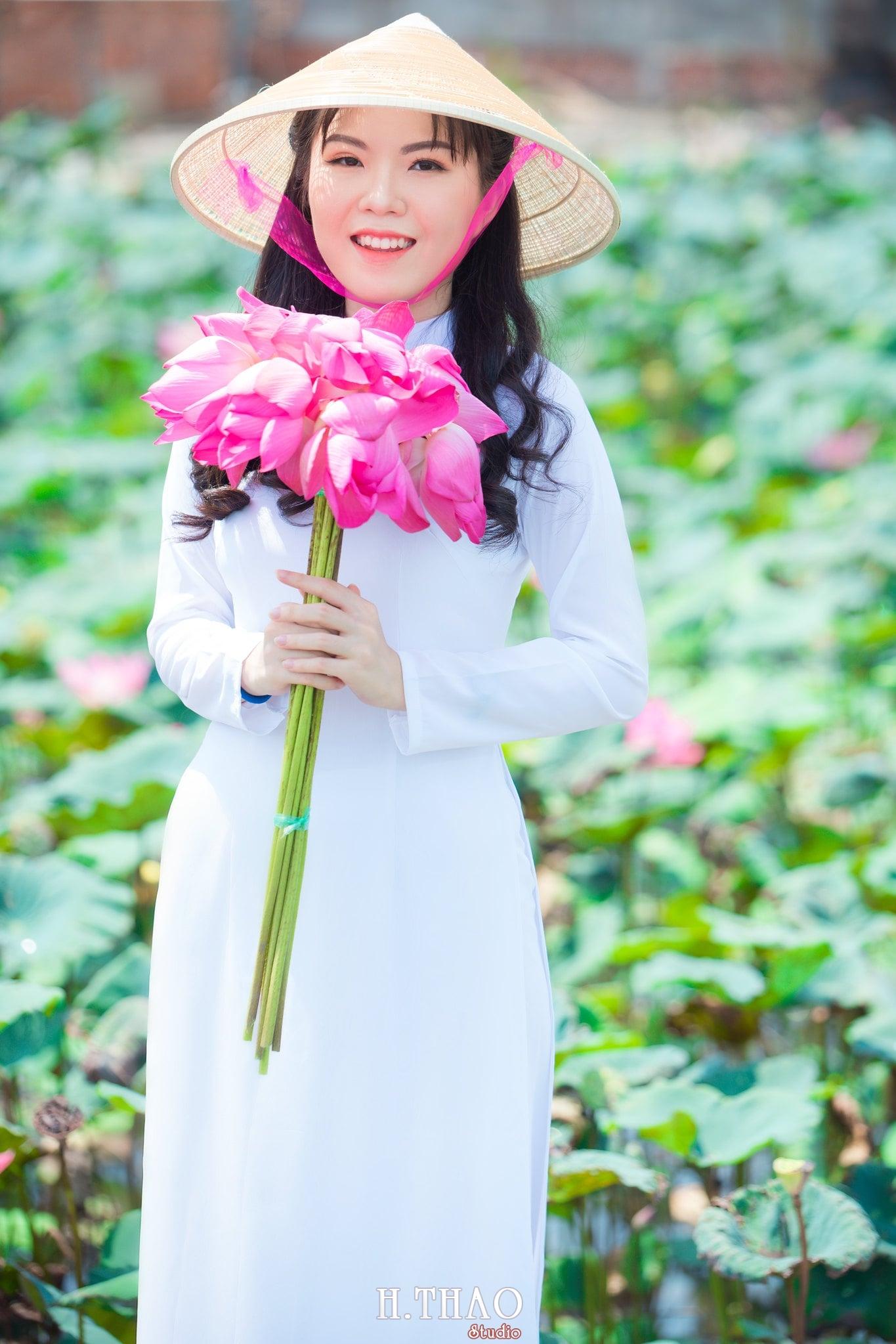 nh áo dài hoa sen 4 - Góc ảnh thiếu nữ áo dài bên hoa sen đẹp tinh khôi- HThao Studio