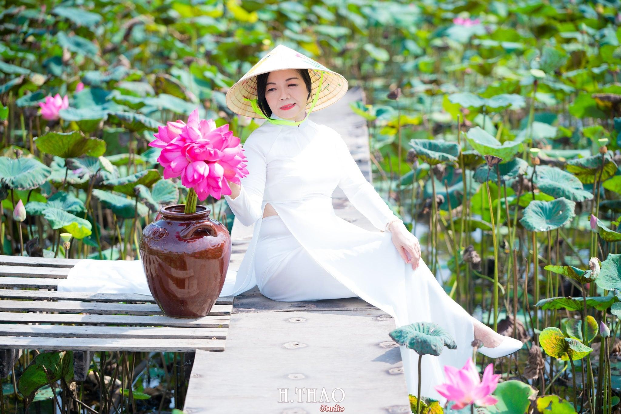 nh áo dài hoa sen 5 - Góc ảnh áo dài tuổi 50 cô Phương chụp với hoa sen- HThao Studio