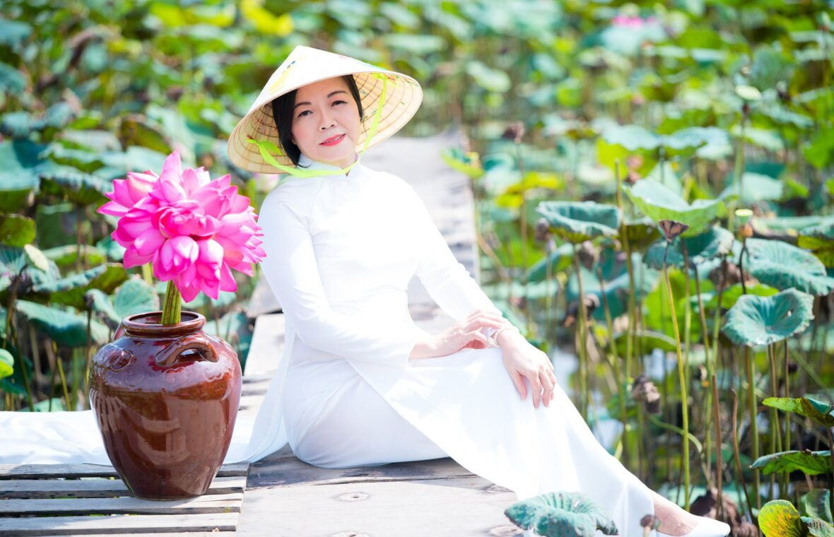 nh áo dài hoa sen 6 1180x760 - Góc ảnh áo dài tuổi 50 cô Phương chụp với hoa sen- HThao Studio