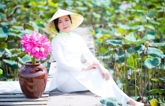 nh áo dài hoa sen 6 680x438 - Góc ảnh áo dài tuổi 50 cô Phương chụp với hoa sen- HThao Studio