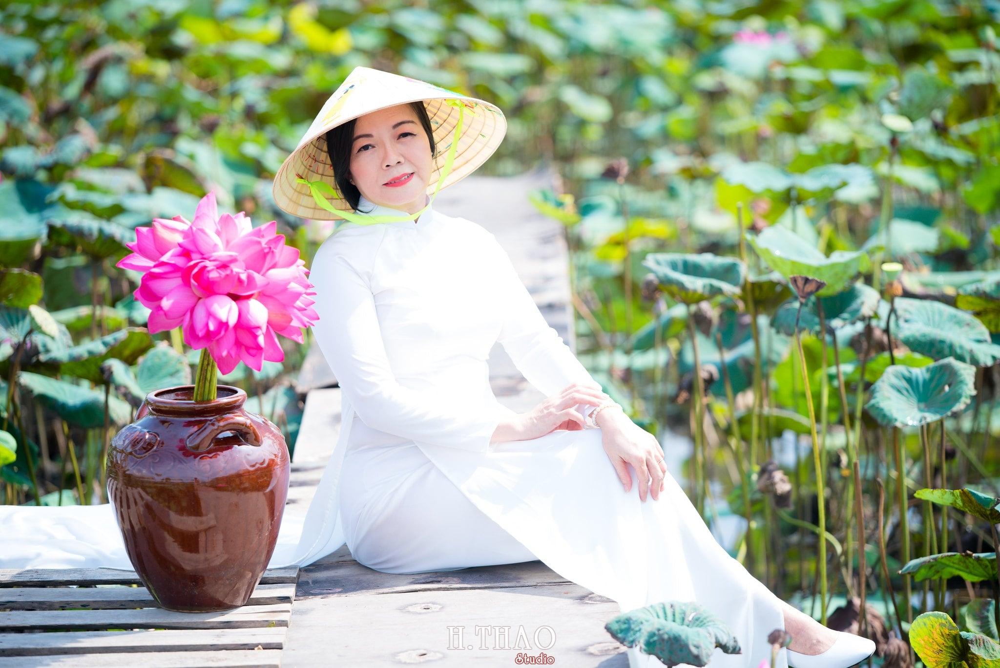 nh áo dài hoa sen 6 - Góc ảnh áo dài tuổi 50 cô Phương chụp với hoa sen- HThao Studio