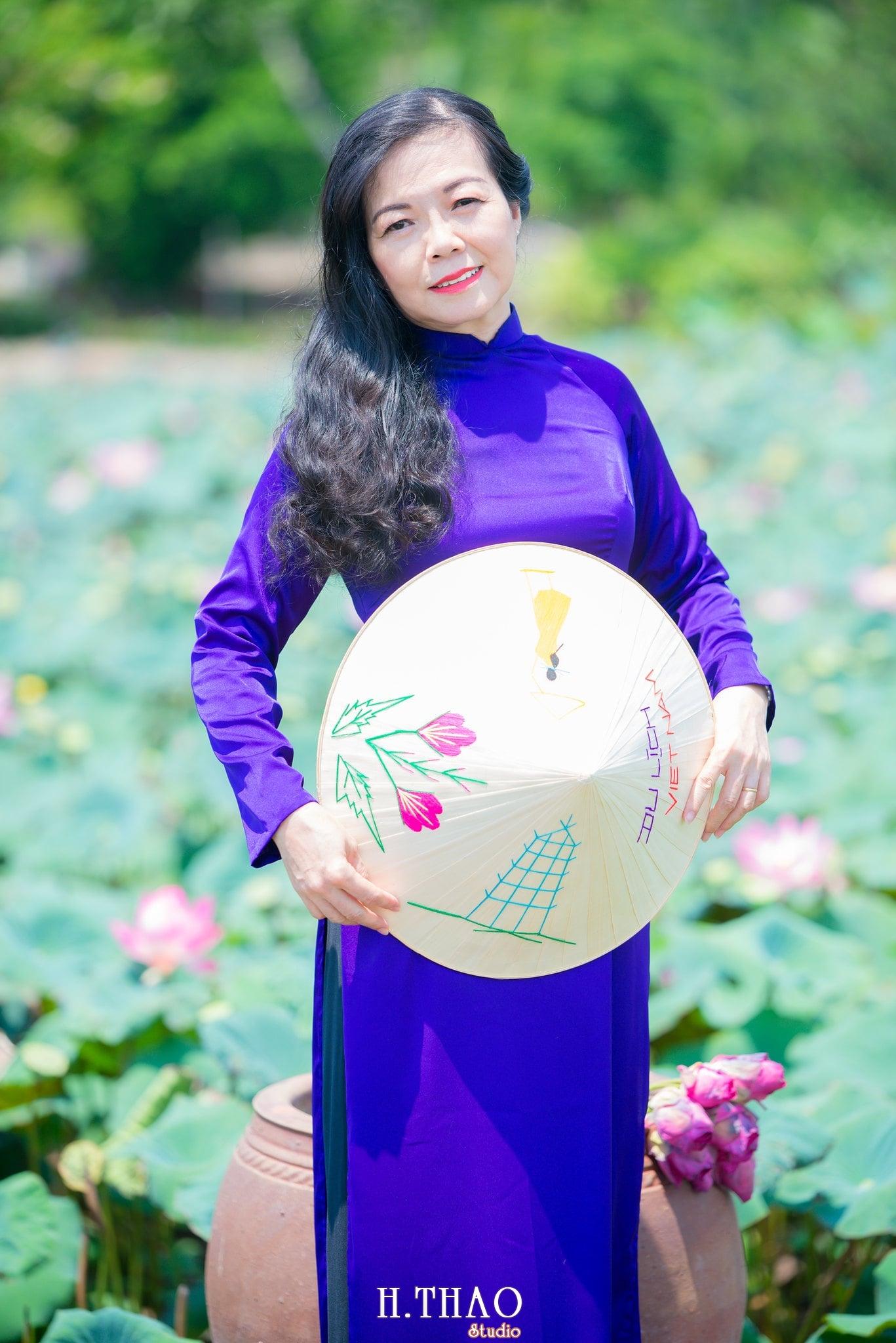 nh áo dài hoa sen 7 - Góc ảnh áo dài tuổi 50 cô Phương chụp với hoa sen- HThao Studio