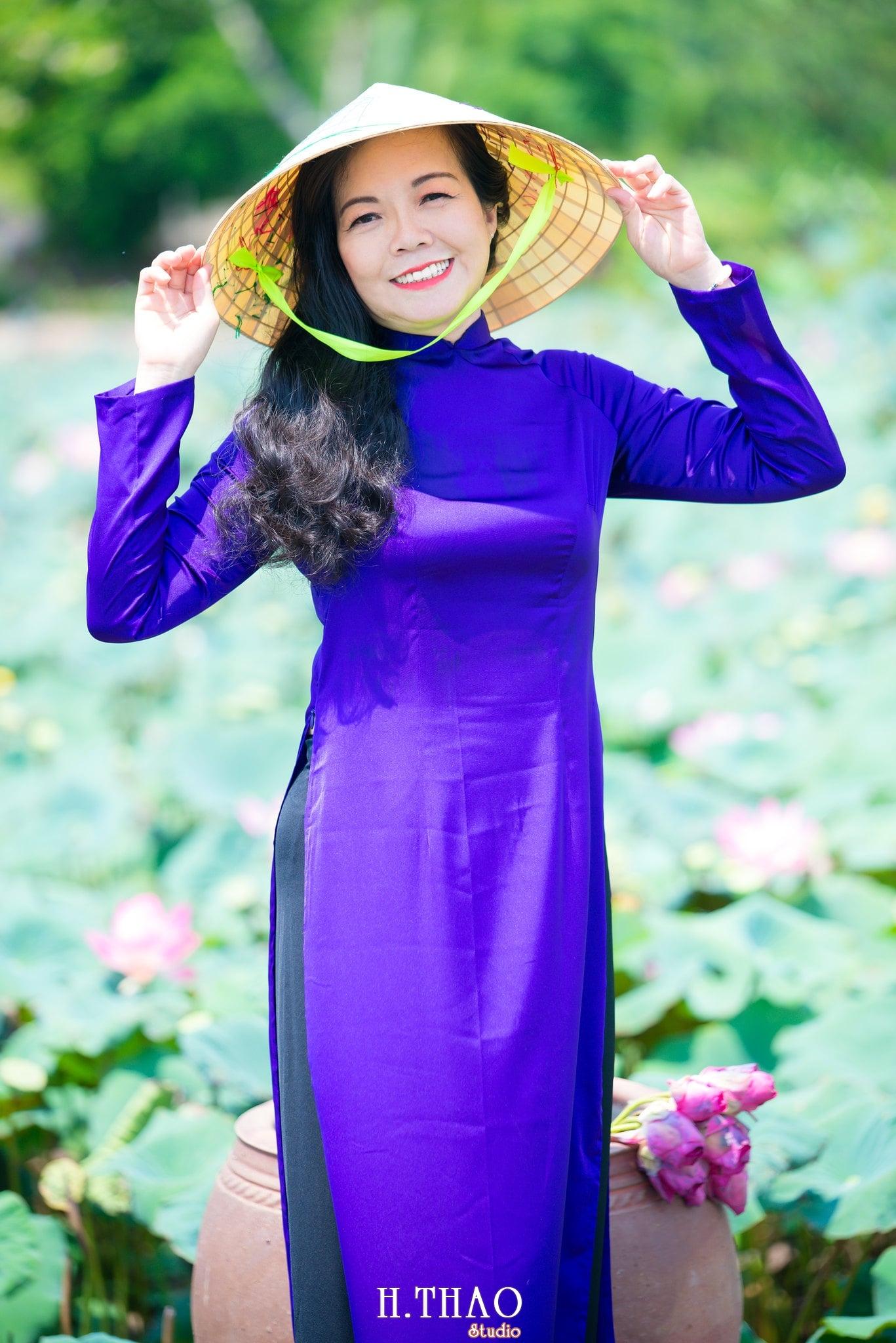 nh áo dài hoa sen 8 - Góc ảnh áo dài tuổi 50 cô Phương chụp với hoa sen- HThao Studio