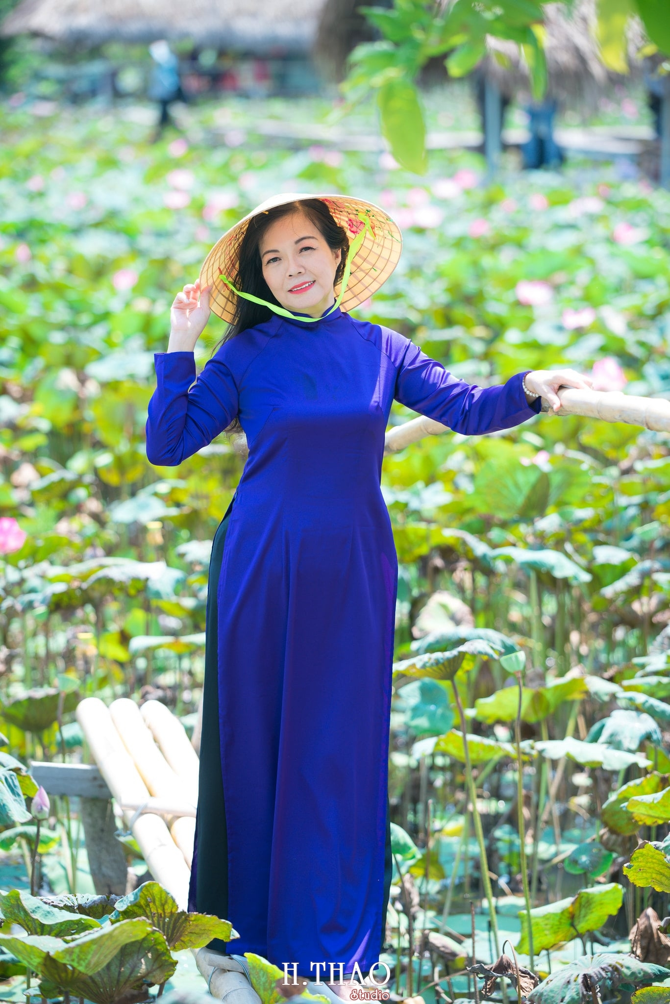 nh áo dài hoa sen 9 - Góc ảnh áo dài tuổi 50 cô Phương chụp với hoa sen- HThao Studio