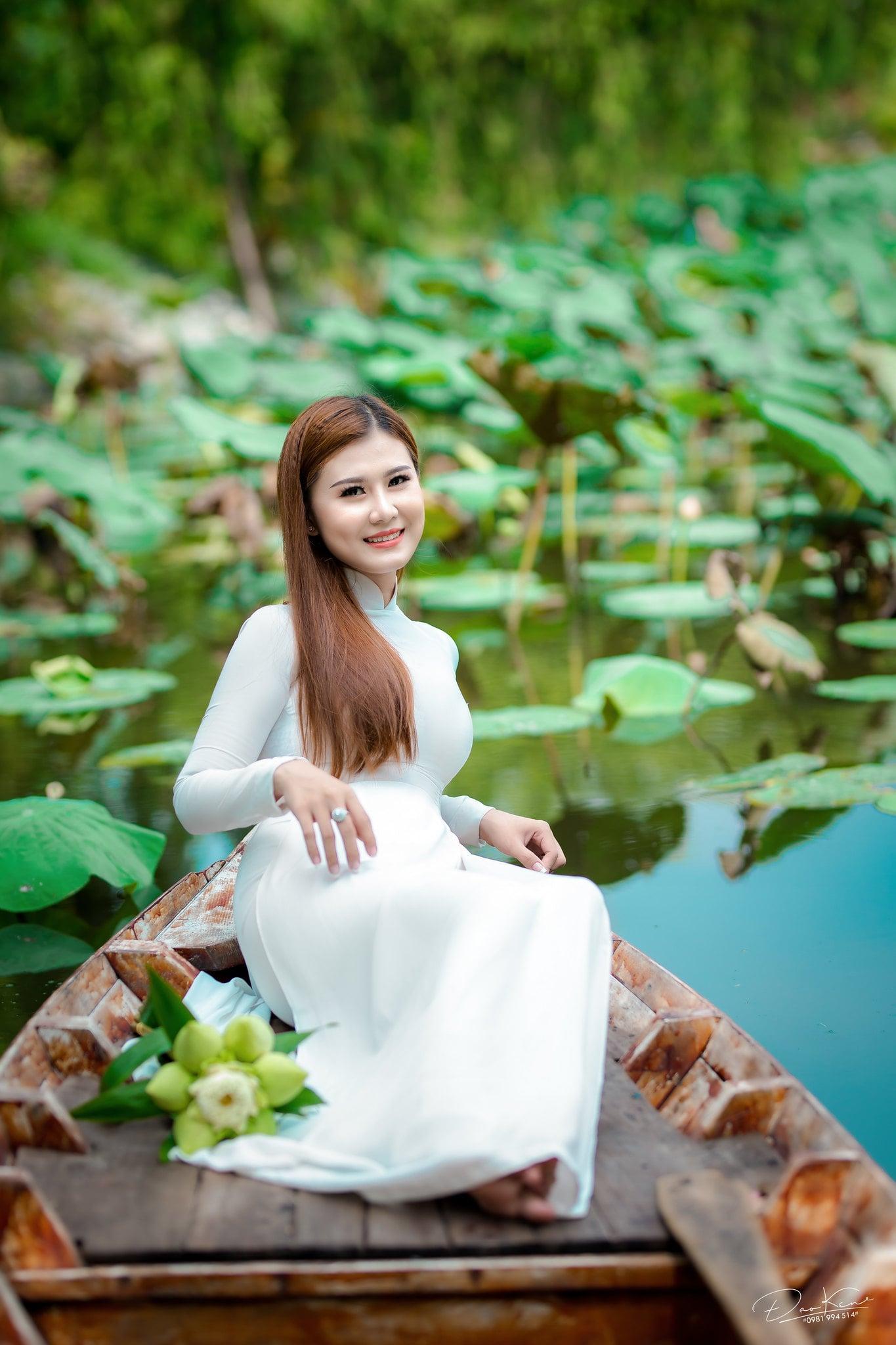 Ảnh áo dài trắng đẹp với hoa sen