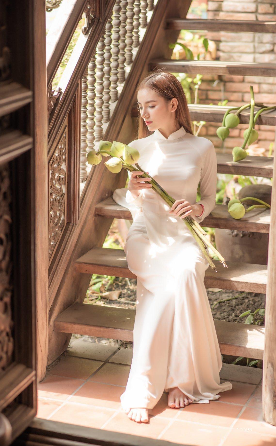 Ao dai trang hoa sen 6 - Địa điểm chụp ảnh áo dài đẹp ở Thành phố Hồ Chí Minh