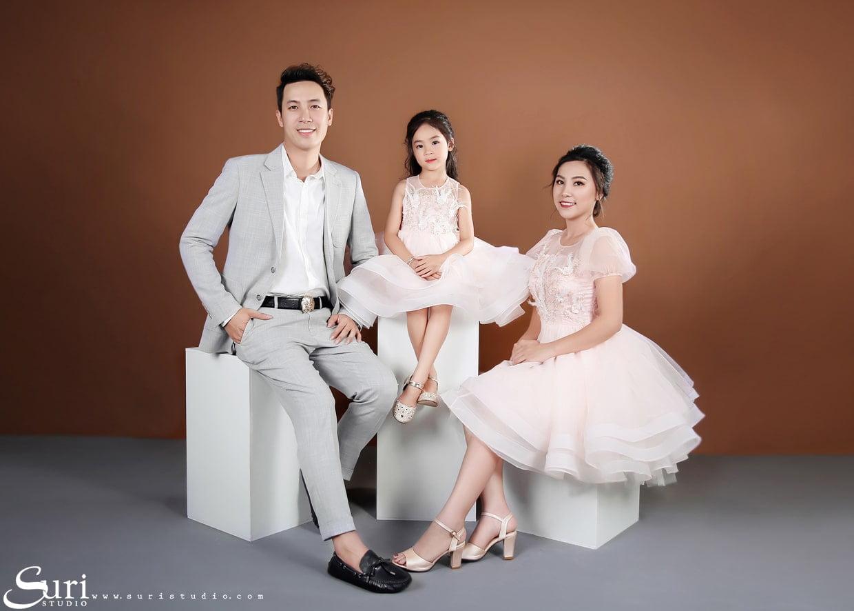 tao dang chup anh gia dinh 3 nguoi min - 19 cách tạo dáng chụp ảnh gia đình tự nhiên nhất - HThao Studio
