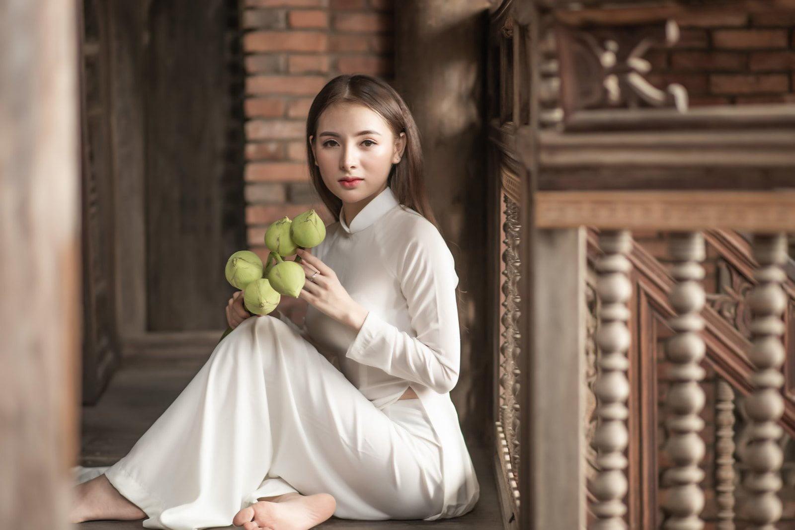Áo dài trắng hoa sen