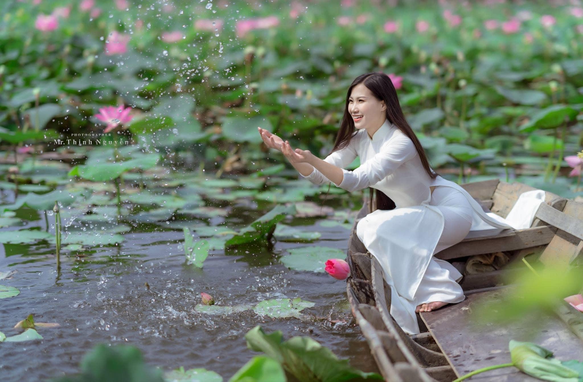 Thieu nu hoa sen